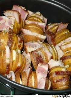 Bramborové vějířky s česnekem a slaninkou Potato Dishes, Hawaiian Pizza, Ham, Natural Remedies, Crockpot, Sausage, Food And Drink, Veggies, Cooking Recipes