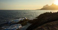 Pedra do Arpoador, Rio de Janeiro - RJ Quando você visitar o Rio de Janeiro, separe um dia para aproveitar o amanhecer na Pedra do Arpoador! Localizado entre as praias de Ipanema e Copacabana, ele é apenas um dos motivos pelos quais a cidade é conhecida como maravilhosa. Lá tudo parece mais lindo, mais belo. A praia do Arpoador é famosa entre os surfistas e os turistas que visitam o Rio de Janeiro, e também é conhecido pelo maravilhoso pôr do sol.