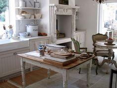 Shabby Chic on Friday: Fa tanto caldo. Cozy Kitchen, French Kitchen, Vintage Kitchen, Kitchen Dining, Kitchen Decor, Kitchen Ideas, Kitchen Inspiration, Rustic Kitchen, Cozinha Shabby Chic