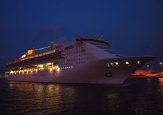 Το Costa Victoria αποπλέει βράδυ από τον Πειραιά. 4/10/2011.