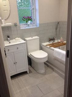 Ideas (and Tips) to Create Beautiful Small Bathrooms - Best Home Remodel Small White Bathrooms, Beautiful Small Bathrooms, White Bathroom Tiles, Bathroom Tile Designs, Bathroom Layout, Bathroom Interior, Narrow Bathroom, Small Bathroom Ideas Uk, Bathroom Modern
