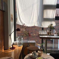 오빠 만나러 서울! 겨울마다 서울 오는 것 같다. 터미널에서 오빠가 나 이상한 곳에서 기다려서 잠깐 헤맸... Cafe Interior, Apartment Interior, Kitchen Interior, Minimal Home, Interior Decorating, Interior Design, Aesthetic Rooms, My Room, Living Spaces
