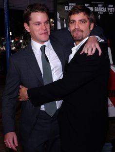 Pin for Later: Joyeux National Hugging Day! George Clooney et Matt Damon