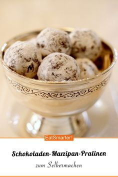Warum kaufen, wenn ihr Pralinen auch selber machen könnt? Und dann gleich noch so leckere! Schokoladen-Marzipan-Pralinen | Eat Smarter #selbermachen #diy #praline