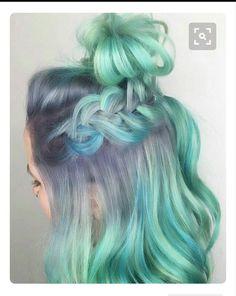 Este peinado es muy chulo por la trenza y el color del contraste que hace el turquesa con el azul marino y azul cielo