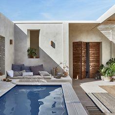 """Vous rêvez d'avoir une piscine mais vous n'avez pas de jardin? Si vous avez une cour, vous pouvez aussi l'installer dans cette dernière !  Misez sur un style façon """"patio méditerranéen"""" avec une décoration sobre, des couleurs naturelles et des matériaux bruts (terre cuite, bois, rotin). Prévoyez un bassin adapté à la taille de votre cour, laissant de la place pour circuler et installer des espaces détente."""