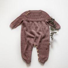 Vibe Buksedragt - Kvinners helse tips Knitting For Kids, Baby Knitting, Crochet Baby, Little Girl Fashion, Kids Fashion, Baby Kids Wear, Baby Barn, Knitted Baby Clothes, Baby Pants