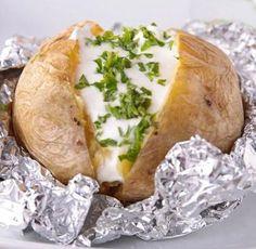 *.* Aquí tienes la receta tradicional y en microondas para preparar patatas asadas y muchas ideas para acompañar con salsas a tu gusto. ^^