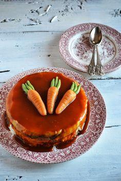Dragi doamne si domnisoare, va doresc o zi plina de iubire si soare! Zambiti mult, ca asa va sade bine, pentru ca ziua aceasta este despre voi! Si luati si o felie de tort de morcovi 🙂 De fapt am vrut sa fac o prajitura, dar a ajuns tort doar pentru ca am copt aluatul …