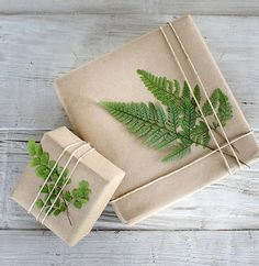 Schlichte Geschenkverpackung mit Pflanzen l Geschenke liebevoll verpacken l sometimes simple can be so beautful - brown paper and string gift wrap made special with the addition of a fern frond Creative Gift Wrapping, Present Wrapping, Creative Gifts, Creative Gift Packaging, Wrapping Papers, Wrapping Ideas, Christmas Gift Wrapping, Diy Christmas Gifts, Christmas Items