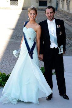 La princesa Tatiana de Grecia, con un vestido bustier azul agua de cuerpo drapeado y escote corazón firmado por Giorgio Armani. En la imagen junto a su marido, Nicolás.