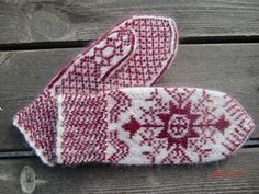 The typical Anundsjö embroidery pattern here knitted | Ravelry: Anundsjövante by Solveig Larsson. #mittenS:-)