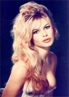 Bridgitte Bardot - Um dos ícones da época. É a mistura das 2 mulheres desejadas. Tanto tem as características que se encontra na Marilyn Monroe (voluptuosa, charmosa) como tem um pouco de androginia e uns olhos grandes (Twiggy)