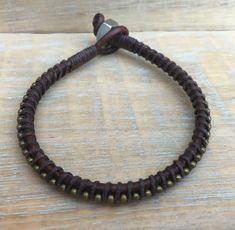 Esta pulsera rústico es una gran opción de mi colección de chicos. Hecha de dos tiras de cuero marrón de 3mm resistido, grano del bronceado y envuelto con el encerado lino marrón. Tuerca de acero inoxidable y cierre de lazo de cuero. Esta pulsera hace el regalo perfecto para cualquier