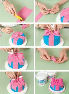 Fondant or Gumpaste Bow. Fondant Tips, Fondant Icing, Fondant Tutorial, Fondant Cakes, Cupcake Cakes, 3d Cakes, Fondant Figures, Cake Decorating Techniques, Cake Decorating Tutorials