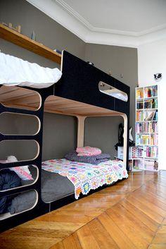 Kidsroom pour fille et garçon. Décoration petite chambre d'enfant. Lit amber the sky de Perludi | Peinture ressource | Linge de lit en lin | Appartement paris #vanessapouzet #kidsroom #deco #bedroom #paris #perludi #serendipity #ressource