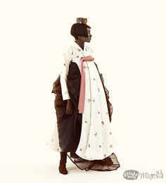 색 위에 색, 또 그 위에 색! 어떤 때는 완전 5도 화음처럼 편안하게 어울리는가 하면, 때론 불협화음처럼 긴장감을 주며 예상치 못한 하모니를 만들어낸다. 한복 디자이너 김영진이 형식에 구애받지 않고 '색'으로 자유롭게 써 내려간 컬러 판타지. Korean Hanbok, Korean Dress, Korean Traditional Dress, Traditional Dresses, Korea Fashion, Japan Fashion, Fashion Drawing Dresses, Korean Wedding, Vogue Korea