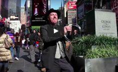 YouTube is een grote inspiratiebron voor goochelaars. Je vindt hier een schat aan filmpjes van de beste goochelaars ter wereld, die ook regelmatig uitleggen hoe de trucs in elkaar steken. Filmpjes met Street Magic ofwel goochelen op straat zijn altijd populair op het internet. Niet alleen vanwege