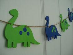 Esta bandera alegre dispone de madera dinosaurios que han sido pintadas a mano en cal verde y azul. Esta bandera se compone de 5 dinosaurios de madera, cada una mide aproximadamente 5 1/2 de largo y 4 de ancho, y la bandera entera mide aproximadamente 60 de largo. Todos los dinosaurios de madera colgados en cuerdas, con el añadido de colores cinta de raso en cada extremo! Por favor cuelgue fuera del alcance de los niños. Este divertido banner añaden un toque festivo a cualquier sala pa...