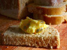 Pão integral com manteiga de maracujá.