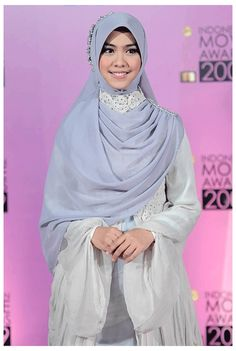Pretty silvery dress and square hijab. curious how she accessories the scarf.. anyone?:D
