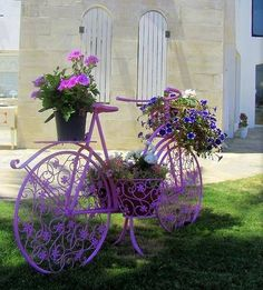 22 DIY Bicycle Planters With Vintage Vibe - Styles & Decor Bicycle Decor, Bicycle Art, Flower Planters, Flower Pots, Bike Planter, Beautiful Gardens, Beautiful Flowers, Bike Decorations, Fleur Design