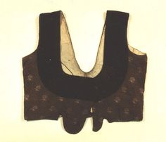 Das Mieder aus bedruckter Baumwolle mit dunklem Samtbesatz hat eine Unterschnürung mit drei Haken und Ösen. Gefüttert ist es mit grobem Leinenstoff. Kreis Rendsburg-Eckernförde