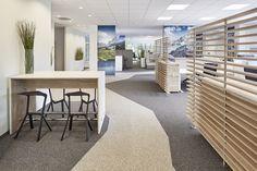 Innenarchitektur: Open Space Büro mit unterschiedlichen Zonierungen: Ergonomische Schreibtische, Konferenztische für Pause und Besprechungen und Loungebereiche Entspannung und Austausch. Innenarchitektur von Febrü.