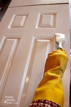 Give your doors an update! Today I'll to show you how to paint doors (the professional way) so they look amazing for years (or decades) to come. Painting Tips, House Painting, Painting Walls, Painting Techniques, Pintura Exterior, Inside Doors, Bedroom Doors, Home Repairs, Reno