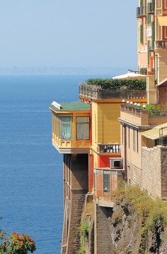 amazing buildings just perched on the edges of cliffs Sorrento Italy, Naples Italy, Sicily Italy, Toscana Italy, Cool Places To Visit, Places To Go, Capri Italy, Amazing Buildings, Visit Italy