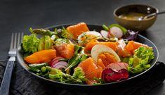 Salat er ypperlig som et måltid i seg selv. Denne sommersalaten med røkt laks, egg og en nydelig sennepsdressing er lett å lage og lett å like. Cobb Salad, Cold