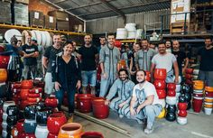 équipe dans atelier des poteries d'Albi