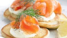 Served with a slice of lemon and a dash of dill these buckwheat blinis with smoked salmon are the perfect dinner party starter. Dill Recipes, Smoked Salmon Recipes, Best Crostini Recipe, Salmon Toppings, Healthy Foods To Eat, Healthy Recipes, Dinner Party Starters, Appetisers, Buckwheat