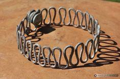 Bracelet en fil de bronze de l'Âge du Fer, réalisé dans le cadre de l'exposition ArkéAube à Troyes. Bracelet Fil, Bronze, Radiation Exposure, Iron