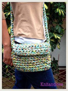 Tutorial para forrar un bolso de trapillo. Crochet Fabric, Fabric Yarn, Knit Crochet, Crochet Purses, Crochet Bags, Recycled T Shirts, Basket Bag, Simple Bags, T Shirt Yarn