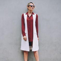 O maxi colete chegou para ficar e com certeza enriquece o look. Além disso, a impressão visual que ele causa é de afinar a silhueta! ❤️ • #looksdalay #maxicolete #fashion #trend #ootd #laylamonteiro #bloglaylamonteiro