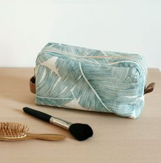 Tuto trousse de toilette avec doublure | LOUISE Magazine Magazine Couture, Sewing Leather, Lounge Wear, Sunglasses Case, Sewing Projects, Knitting, Bags, Chiffons, Deco