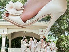 une photo originale et insolite avec le pied de la mariée surmesurée en train d'écraser les témoins