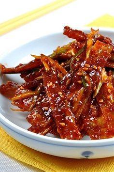 아이들이 홀딱 빠져서 정신없이 먹는 쥐포. 요것만 사다두면 냉큼냉큼 집어먹는 통에 적당히 먹으라고... ... Best Korean Food, Korean Street Food, Korean Side Dishes, Asian Recipes, Healthy Recipes, Cooking Recipes For Dinner, K Food, Vegetable Seasoning, Food Plating