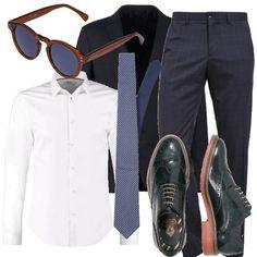 """Lo stile inglese è il """"must have"""" tra gli abiti maschili. Completo blu navy fantasia a scacchi con giacca due bottoni e tasche con patta, pantalone dritto quattro tasche. Stringate tipicamente english e la cravatta assolutamente fantasia  come il resto dell'outfit. Al top gli occhiali tondi su montatura brown."""