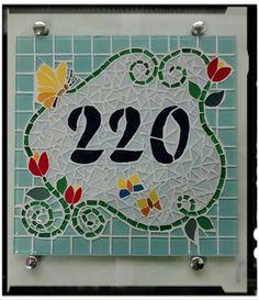 Placa com número residencial para áreas externas feita em base cimentícia. Trabalho em mosaico com pastilhas de vidro cristal e cerâmica. Acompanha parafusos de fixação , bucha e botão frances , pode também ser assentada em muros, paredes com argamassa. <br>Pode ser feita também em outros tamanhos e motivos. Consulte-me que terei o maior prazer em lhe responder! <br>Largura: 30.00 cm <br>Comprimento: 30.00 cm <br>Peso: 2000 g <br>Largura: 2.00 cm <br>Peso: 2000 g