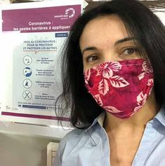 Voici les instructions fournies par le CHU de Grenoble pour coudre des masques en tissu et venir en aide aux personnels soignants. Couture Sewing, Grenoble, About Me Blog, Aide, Voici, Instructions, Beauty, Painted Tables, Pacifiers