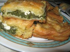 Retete grecesti: Placinta cu spanac (Spanakopita - Σπανακόπιτα) Romanian Food, Romanian Recipes, Spanakopita, Avocado, Deserts, Food And Drink, Snacks, Ethnic Recipes, Cakes