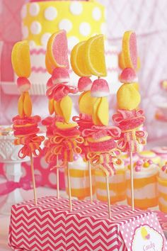 Brochetas de chuches a todo color. Se me hace agua la boca!! Además de las tartas de gominolas, puedes optar por unas brochetas o conos, que también cuentan con un toque personalizado.