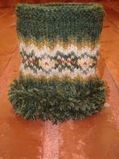 How to add Pom Pom fringe around a cuff (tutorial in German) Knit Mittens, Knitting Socks, Knitting Designs, Knitting Patterns, Crochet Pattern, Knit Crochet, Bra Hacks, Textiles, Wrist Warmers