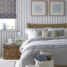 Country trifft Maritim.Feines Schlafzimmer in Blau-Weiß- Naturtönen. ähnliche Projekte und Ideen wie im Bild vorgestellt findest du auch in unserem Magazin