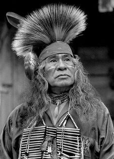 How proud and beautiful. Native American Regalia, Native American Photos, Native American Fashion, Native American History, Native Indian, Native Art, Western Photo, Walk In The Spirit, Indigenous Tribes