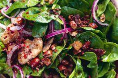 Ottolenghi's salade met spinazie, dadels & amandelen - Culy.nl | foto © Jonathan Lovekin
