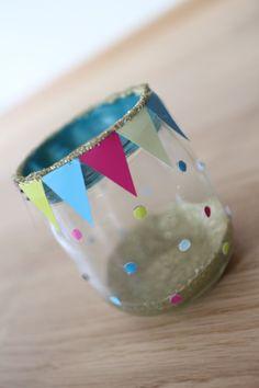 Bastelanleitung, wie ihr aus Gläsern und Farbstreifen bunte Windlichter als Tischdeko für den Kindergeburtstag oder eine Fasnachtsparty selber basteln könnt