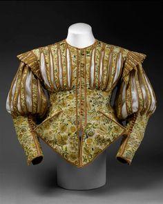 Esse gibão é um de apenas dois exemplos restantes de seu tipo, de 1620. O outro está no museu The Victoria & Albert Museum em Londres. Feito de uma seda luxuosa, decorado com fendas e cortes, esse gibão foi feito seguindo uma moda que mal durou cinco anos. Recortar, ou as intencionais fendas foi uma tecnica de decoração popular usado parar revelar linhos coloridos, camisas e chemises.  Início da década de 1620.   Acervo de The Costume Institute of The Metropolitan Museum of Art